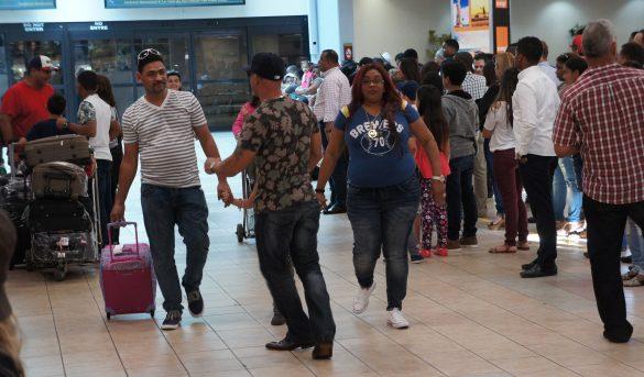 Aduanas inicia Gracia Navideña a los viajeros que traigan regalos