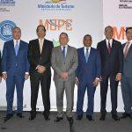 Montalvo presenta plan para el desarrollo turístico de Pedernales a embajadores y directores de medios