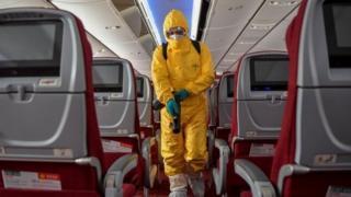 Cómo manejar los viajes aéreos durante el brote de coronavirus