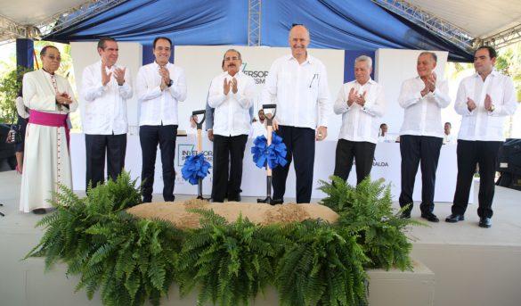 Presidente Medina participa en acto de inicio de construcción de dos hoteles en El Seibo
