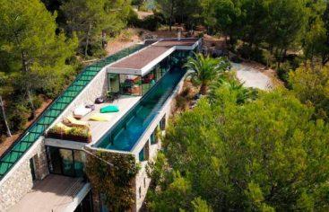 Una lujosa villa atravesada por una piscina transparente