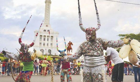 Gran presencia de Turistas en el Carnaval de Santiago: una fiesta de color