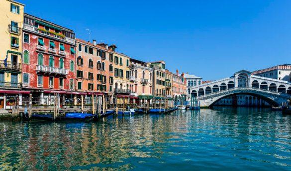 Los turistas asoman en Venecia como aves raras