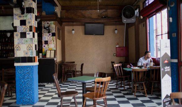 Los bares y restaurantes inician una tímida reapertura en São Paulo