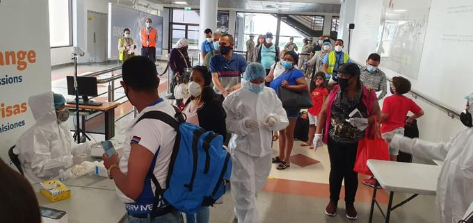 De mil pruebas PCR realizadas a pasajeros en el AILA, sólo dos dan positivo