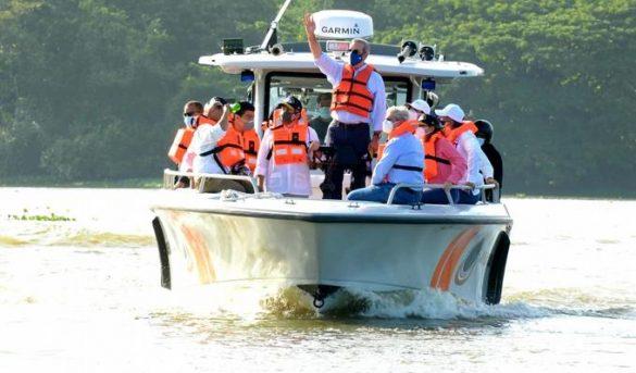 Luis Abinader realiza recorrido por los ríos Ozama e Isabela para evaluar niveles de contaminación