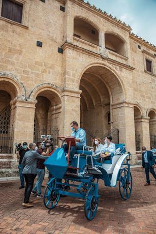 Alcaldesa lanza los primeros carruajes eléctricos de la ciudad Colonial para fomentar turismo
