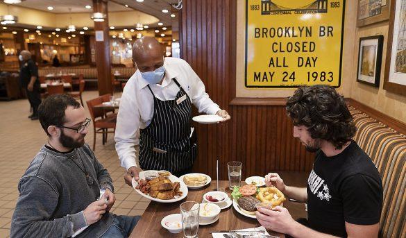 En Nueva York a partir de hoy restaurantes pueden cobrar un 10% adicional por 'cargo covid'