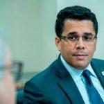 Ministro de Turismo dice que el Gobierno no tolerará la venta de alcohol adulterado