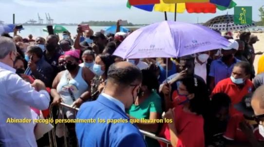 Presidente Abinader se acerca a trabajadores Playeros de Boca Chica, recibe pedidos de ayudas y empleos