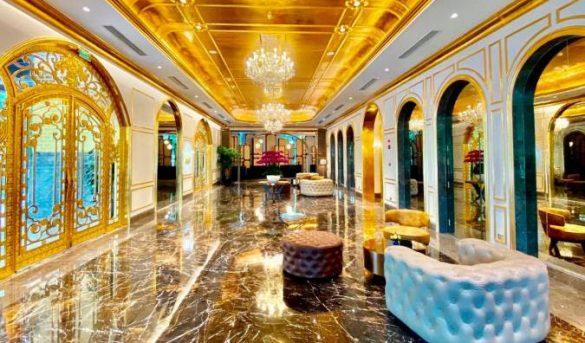 Inauguran un hotel chapado en oro en Vietnam, en plena pandemia de covid-19