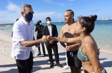 Presidente Abinader, visita Playa Bávaro para inspeccionar limpieza Sargazo