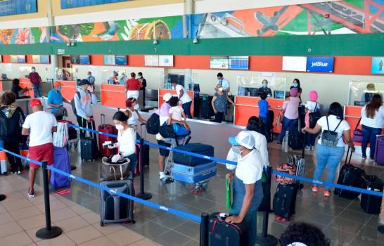 Resultado de imagen de Viajeros ven alivio laboratorio para PCR en aeropuerto Las Américas