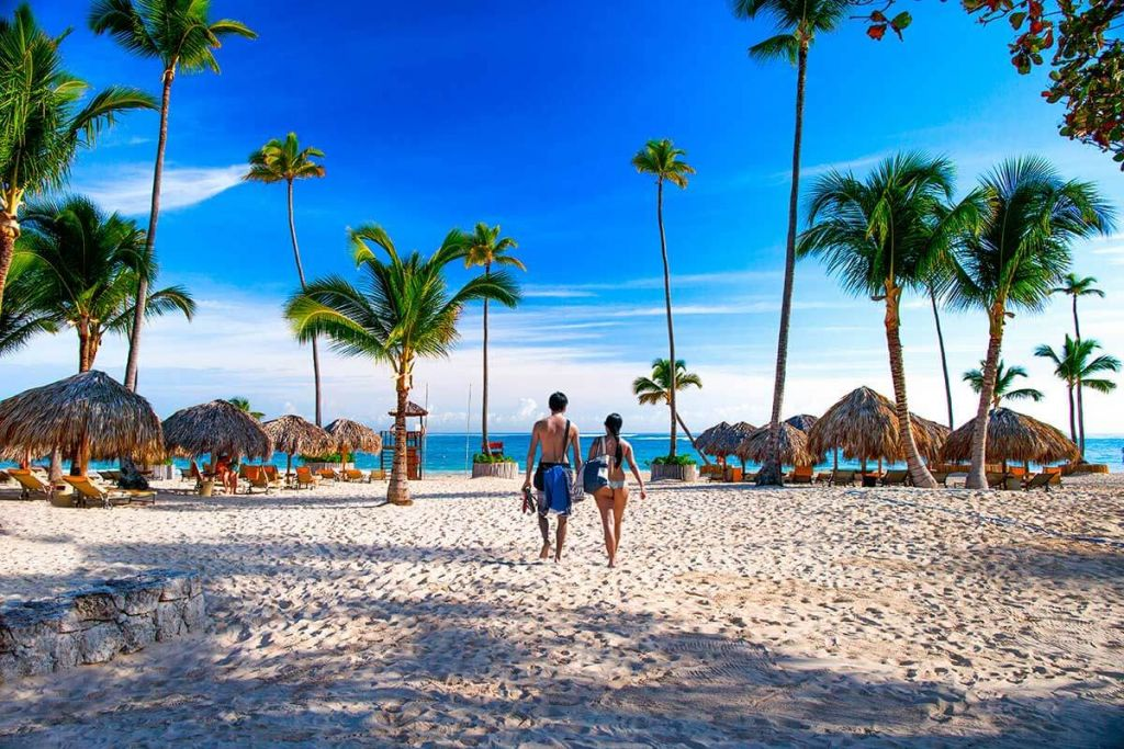 Turismo anuncia que eliminará impuestos a vuelos e instalará cámaras en playas