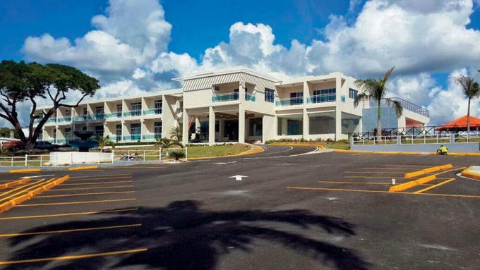 Hotel Santa Cruz en El Seibo permanece cerrado, aún no supera trabas para su operación