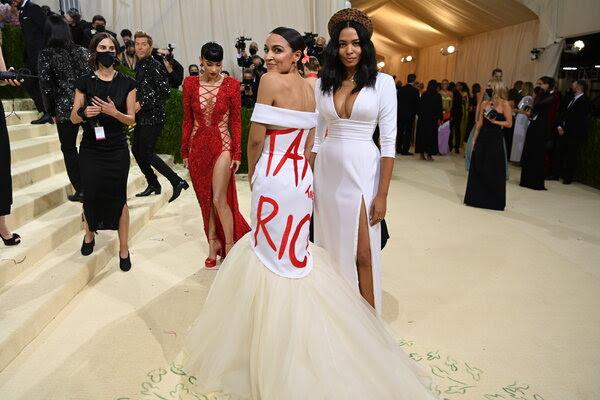 Mas allá de política,   Alexandra Ocasio  Cortes, exhibe sus líneas  y vestido en una noche de gala