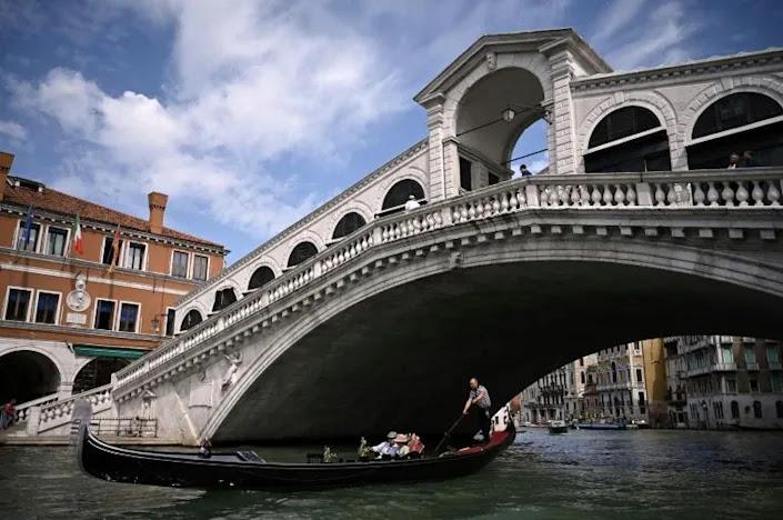 Venecia inaugura el puente Rialto tras su restauración.