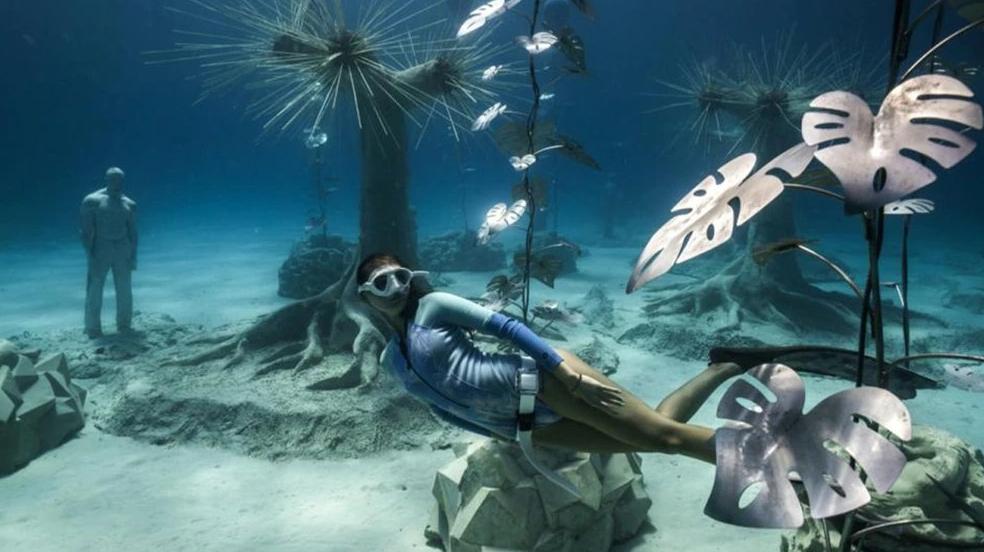 Cómo es el nuevo museo subterráneo del Mediterráneo que se recorre con equipo de buceo