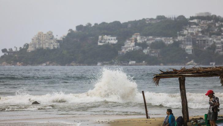 Continúa alerta para 12 provincias por lluvias provocadas por vaguada y onda tropical